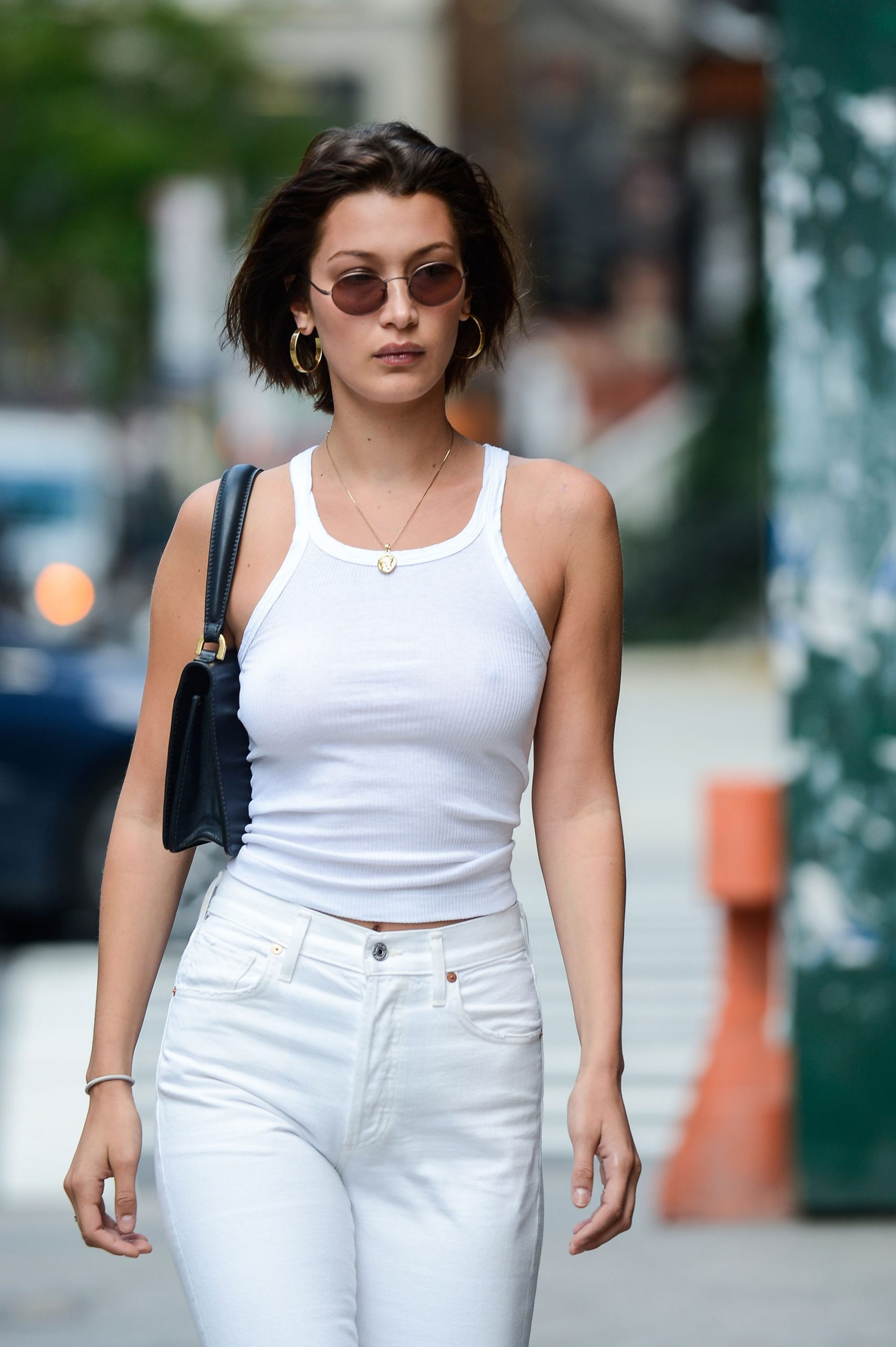 Tank top pair with skinny jeans is a good outfit